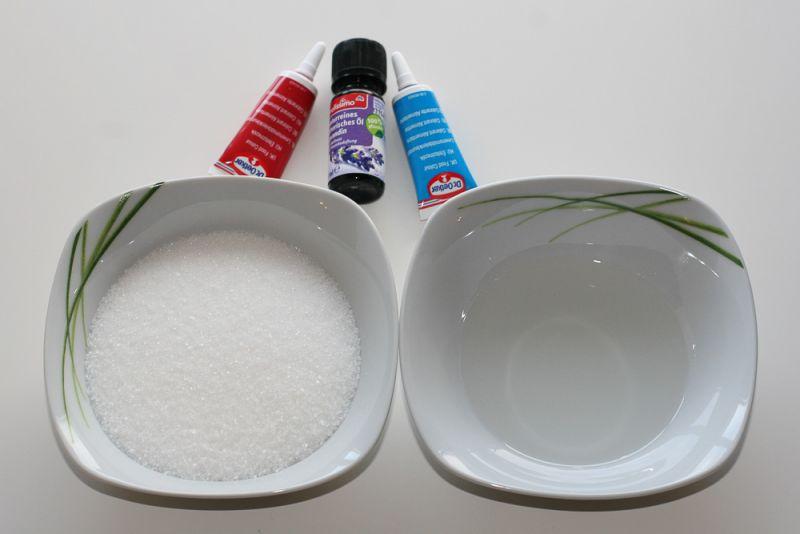 Potrebujemo sladkor, kokosovo olje, jedilne barve in eterično olje.