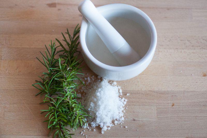 Potrebujemo sol, zelišča in terilnik
