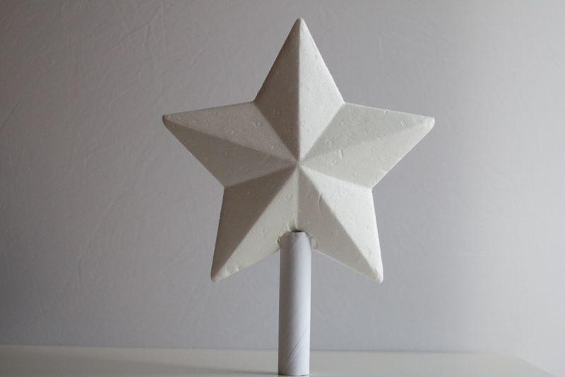 Zvezdo z vročim lepilom prilepimo na kartonasto rolico.