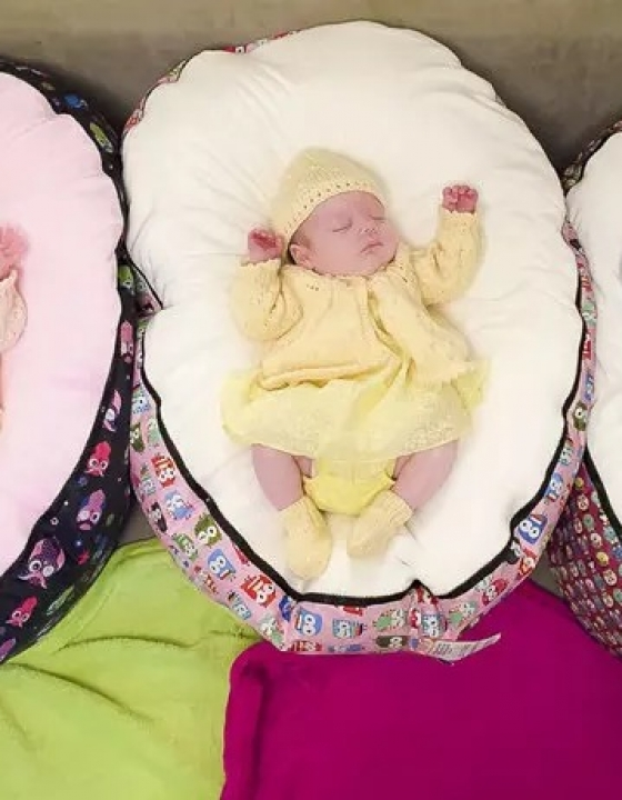 Britanka rodila 4 otroke v manj kot letu dni