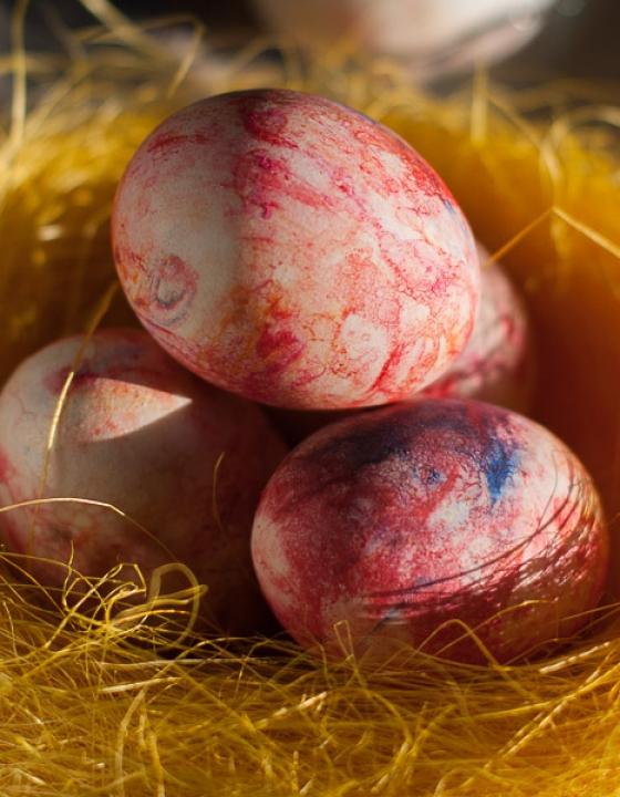 Barvanje (marmoriranje) velikonočnih pirhov