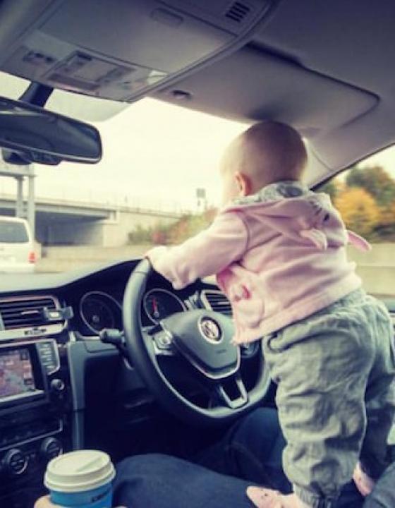 Oče svojo 18 mesečno hčerko fotografiral v zelo nevarnih situacijah