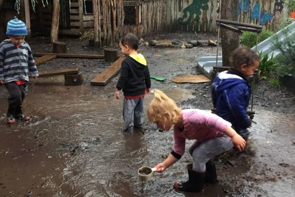 Vrtec v katerem se otroci kljub nevihti lahko igrajo na prostem
