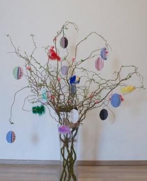 Velikonočna dekoracija in umetni ptički