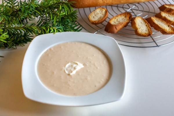 Česnova juha s popečenimi kruhki
