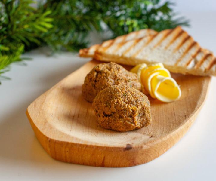 Veganski tatarski biftek s popečenim toastom